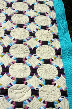 Quilt Inspiration: Single Wedding Ring Quilts AKA single girl quilt or bachlor quilt... no wedding in this quilt.