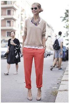 コーラルピンクのパンツ着こなしコーデ
