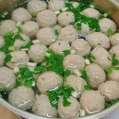Resep Bakso Daging Gurih Kenyal - Asslamau'alaikum, lagi rame sekarang kreasi masakan bakso, mulai dari bakso urat, bakso daging ayam,