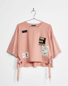 Flared sleeve patches T-shirt - T-Shirts - Bershka Spain Fashion Mode, Trendy Fashion, Korean Fashion, Girl Fashion, 90s Fashion, Girls Fashion Clothes, Teen Fashion Outfits, Fashion Dresses, Crop Top Outfits