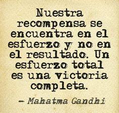 """""""Nuestra recompensa se encuentra en el esfuerzo y no en el resultado. Un esfuerzo total es una victoria completa."""" #MahatmaGandhi #Citas #Frases #Candidman"""