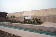Dans la région de l'Alentejo du Portugal, à 10 km de l'océan, se dresse la villa Além, conçue par l'architecte Valerio Olgiat pour son propre usage. L'architecte a bâti une demeure aux plans simples et exceptionnels à la fois, où l'exterie..