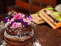 Topo de um naked cake super chocólatra que fiz para um casamento em outubro. Ali atrás em verde e preto alfajores bem casados! As flores eram as mesmas do buquê da noiva e decoração das mesas ficou maravilhoso! Em breve estou de volta para adoçar a vida de todos vocês com delicias veganas  / Super chocoholic wedding naked cake made this one in october. Soon I return to brazil to make more and more delicious vegan baking treats  #vegan #nakedcake #chubbyvegan #wedding #chocoholic #health…
