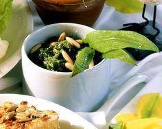 Hirsefrikadellen mit Bärlauchsauce | http://eatsmarter.de/rezepte/hirsefrikadellen-mit-baerlauchsauce