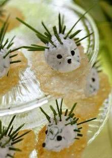 Petits hérissons de fromage frais à la ciboulette sur croquants de parmesan