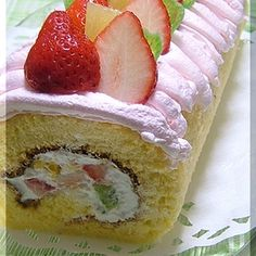 A fluffy roll cake with lots of fruit. Why not make this for Hina matsuri (Girls' Day)?