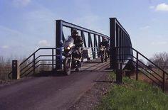 """Auf der """"Route 66 in L. A."""" (Landkreis Aurich) mit dem Motorrad über die schmalste Autobrücke Deutschlands"""