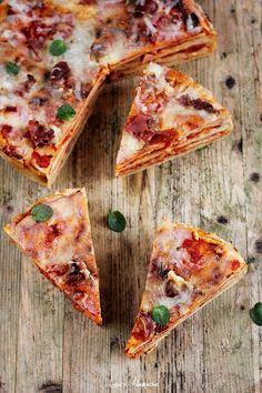 Tort pizza reteta inedita de pizza in straturi. Tort pizza cu prosciutto crudo si mozzarella reteta. Mod de preparare pizza in straturi.