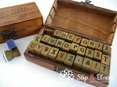 Alfabet stempels in houten kistje