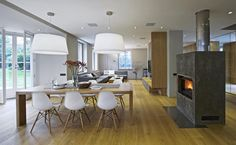 Jídelní stůl odděluje kuchyň a obývací pokoj. Přímo z hlavního obytného prostoru je vstup na zahradu. Dining Room, Dining Table, Home And Living, Living Area, Conference Room, Furniture, Design, Home Decor, House Inspirations