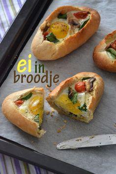 Ei in broodje Ingrediënten voor 4 broodjes  4 pistoletjes 4 eieren (M) 6 Cherry tomaatjes 16 blaadjes spinazie 3 champignons 4 plakjes kaas 2 eetlepels gesmolten boter peper en zout