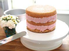 Helppo Marjamousse (korkean kakun täytteeksi) on helppo resepti, johon käyvät kaikki marjat niin pakastettuina kuin tuoreinakin! Baking Cupcakes, Cupcake Cakes, Cake Decorating Designs, Sweet Bakery, Mousse Cake, Sweet And Salty, Let Them Eat Cake, No Bake Cake, Amazing Cakes