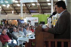Ruralistas de Esquel destacaron el apoyo del Gobierno a los productores http://www.ambitosur.com.ar/ruralistas-de-esquel-destacaron-el-apoyo-del-gobierno-a-los-productores/ Durante la 37º Exposición Bovina, la dirigencia agropecuaria destacó los aportes del Gobierno para la remodelación del histórico edificio de la Sociedad Rural de Esquel. El ministro de Economía y el presidente de CORFO acompañaron el evento en representación del gobernador Martín Buzzi.   Los prod