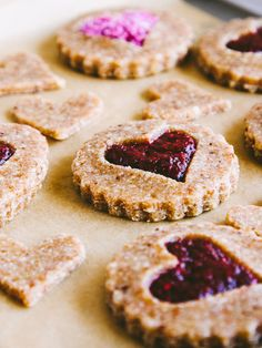Raw almond linzer cookies with cherry filling. Instead of processing the raw almonds, you can start with natural almond meal. Raw Vegan Desserts, Raw Vegan Recipes, Vegan Sweets, Healthy Sweets, Vegan Raw, Paleo Vegan, Food Trucks, Cookie Sandwich, Linzer Cookies