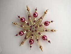 hvězdička z perliček a korálků Vánoční hvězdička z korálků a perliček na pevné drátěné konstrukci , velikost 11 cm v barvách zlatá růžová fialová