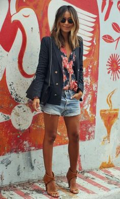 Look short jeans e blazer, estilo hi-lo Julie Sariñana Style Mode Outfits, Short Outfits, Casual Outfits, Summer Outfits, Fashion Outfits, Fashion Shorts, Casual Pants, Look Short Jeans, Look Con Short