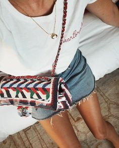 Festival outfit | Denim skirt | Colored bag | More on Fashionchick.nl