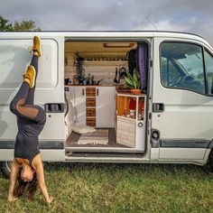 Yoga et Vanlife, sur les routes d'Europe dans son Renault Master aménagé Renault Master, Astuces Camping-car, Van Car, Van Home, Combi Vw, Vanz, Camper Van Conversion Diy, Bus Life, Campervan Interior