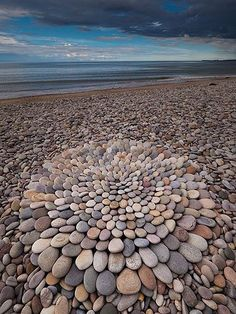 Land-Art along the Scottish coast by Dietmar Voorworld Pebble Mosaic, Pebble Art, Mosaic Art, Stone Mosaic, Art Et Nature, Image Nature, Land Art, Art Plage, Art Environnemental