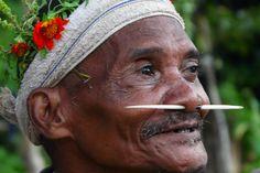 Parc national de Belum, Malaisie : Bintang, doyen du village de Bongo 2 et membre de la tribu Jahai, est prêt pour les célébrations du Sawang. Cette photo est tirée de l'émission « Man hunt ».NHNZ / Lara Bickerton #nationalgeographic