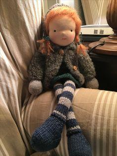 Muñeca tipo Waldorf hecha de punto
