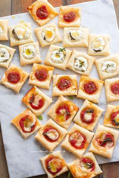 Square bites of puff pastry pizzas catering idea Antipasto, Tapas, Puff Pastry Pizza, Snacks Für Party, Beer Recipes, Catering, Food Porn, Brunch, Food And Drink