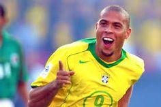 implícita:es ronaldo nazario,es de brasil,no tiene cabello,tiene dientes raros. explicita:es uno de los mejores delanteros de la historia,y el segundo goleador de los mundiales.