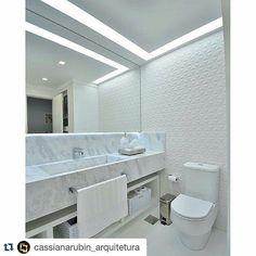 A @cassianarubin_arquitetura elaborou um projeto para um banheiro utilizando o produto Diamante. O ambiente ficou com um aspecto clean sem perder a riqueza em detalhes. #ceramicaportinari #porcelanatos #banheiros #parede #tiles. Bathrooms - Baños, banho, banheiro.