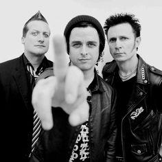 you won't find green day here problem? waiting for green day Great Bands, Cool Bands, Green Day Billie Joe, Hello Green, Jason White, American Idiot, Billie Joe Armstrong, Pierce The Veil, Green Hair