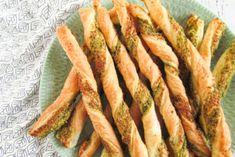 Vegan wrap hapjes met filet americain, rode ui en rucola - Simplyvegan.nl Lunch Wraps, Tortilla Wraps, Pesto, Zucchini, Carrots, Vegetables, Food, Twisters, Marceline