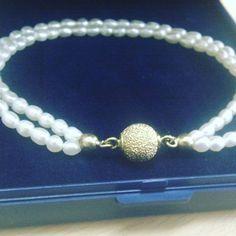 Mit helt eget og hjemme lavede perle armbånd. Er det ikke flot? Erhvervslivet af små ferskvands perler med en sølvforgyldt magnetlås.  #hjemmelavedearmbånd #armbånd #perlearmbånd #perle #perler #ferskvandsperler #ferskvandsperle #smykke