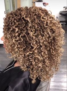 Dyed Curly Hair, Big Curly Hair, Dyed Natural Hair, Colored Curly Hair, Curly Hair Care, Curly Hair Styles, Natural Hair Styles, Curly Girl, Blonde Highlights Curly Hair