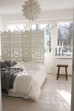 chambre lumineuse et blanche