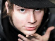 patrick's beautiful eyes<<what color are they really? some pics ive seen theyre blue, others greenish brown, others straight brown Patrick Martin, Patrick Stump, Emo Bands, Rock Bands, Fall Out Boy Songs, He Makes Me Smile, Pete Wentz, Favorite Person, Beautiful Eyes