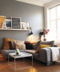 The picture frames, the many frame. I like it! 50 Amazing Decorating Ideas For Small Apartments_47
