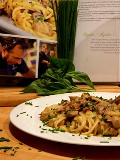 Pasta Noodles, Pizza, Spaghetti, Food And Drink, Madame, Ethnic Recipes, Pains, Sauce, Chic