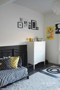 50-luvun liinavaatekaappi,keltainen,mustavalkoinen sisustus,kollaasi,liikennematto,sohvasänky,lastenhuone
