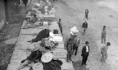 General Francisco Villa dando órdenes a sus hombres desde el techo de un vagón, abajo de traje se puede apreciar al Coronel (en ese entonces) Roque González Garza, quien fuera presidente de México en 1915.