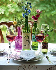 Uma das garrafas com flores recebeu um rótulo especial: o número da mesa da festa. Ideia simples e original