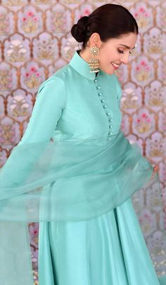 Party Wear Indian Dresses, Designer Party Wear Dresses, Pakistani Dresses Casual, Pakistani Fashion Casual, Indian Gowns Dresses, Dress Indian Style, Kurti Designs Party Wear, Pakistani Dress Design, Indian Designer Outfits