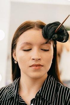 Il microblading consiste in un servizio di trucco permanente alle sopracciglia fra i più richiesti degli ultimi anni, per gli effetti estremamente naturali e di grande impatto che permettono di apportare sul volto. La tecnica del sopracciglio tatuato pelo per pelo ha letteralmente rivoluzionato la concezione di bellezza e di servizi beauty. Eyeliner Tattoo, Eyebrow Tattoo, What Is Microblading, Cosmetic Tattoo, Natural Brows, Perfect Brows, Cosmetic Procedures, Long Lashes, Freckles