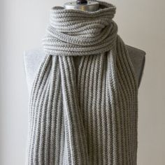 Mistake Rib Scarf in Cashmere Merino Bloom. Free knitting pattern from Purl Soho Knitting Blogs, Easy Knitting, Knitting Patterns Free, Knitting Yarn, Knit Patterns, Free Pattern, Finger Knitting, Knitting Tutorials, Mens Knitted Scarf