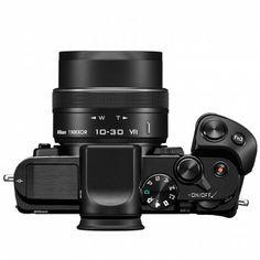 Nikon 1 V3 von oben - mit Handgriff und dem neuen 1 NIKKOR VR 10–30 mm 1:3,5–5,6 PD-ZOOM