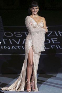 Penelope Cruz Wearing Atelier Versace at the San Sebastian Film Festival premiere of [i]Loving Pablo[/i] on September Penelope Cruze, Spanish Actress, Red Carpet Dresses, Beautiful Celebrities, Lady, Divas, Nice Dresses, Glamour, Actresses