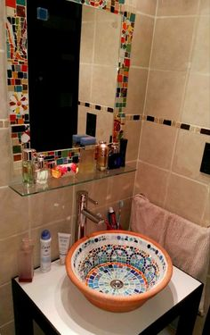 Mosaic Bathroom, Mirror Mosaic, Mosaic Diy, Bathroom Basin, Mosaic Glass, Stained Glass, Mosaic Bottles, Diys, Bathrooms