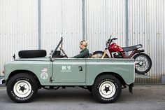 Land Rover series with Honda xr in the back living in style awesome Land Rover Freelander, Jeep Willys, Jeep Xj, Jeep Rubicon, Jeep Wranglers, Land Rovers, Honda Xl 125, Pick Up, Motorhome