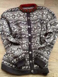 Nordfjordkofta (Peer Gynt garn) - Koftagruppa Fair Isle Knitting Patterns, Sweater Knitting Patterns, Knitting Yarn, Nordic Sweater, Men Sweater, Norwegian Knitting, Fair Isles, Hand Knitted Sweaters, Sweater Design