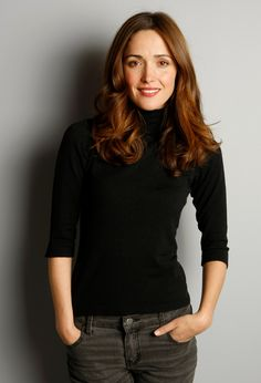 Photos of Rose Byrne, recognized as one of Hollywood's hottest women. In honor of one of the greatest up and coming ladies in Hollywood, here are the sexiest R Rose Byrne Hair, Mary Rose Byrne, Foto Cv, Charlize Theron Hair, Celebrity Portraits, Female Images, Curled Hairstyles, Woman Crush, Beautiful Actresses