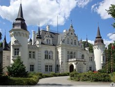 Zespół pałacowo-parkowy w Jelczu-Laskowicach (Polska) powstał w latach 1869 – 1886 w stylu niderladzkiego neoromantyzmu. Wewnątrz pałacu zachowała się reprezentacyjna klatka schodowa, ciekawy kominek i zasługujące na szczególną uwagę sklepienie krzyżowo-żebrowe. Pałac otoczony zielenią parku zachwyca oczy swoją sylwetką. Pierwotny pałac w Jelczu-Laskowicach istniał już w 1557 r. W 1797 r. stał się siedzibą rodu von Sauermann. Photo Chateau, Small Castles, Visit Poland, Castle In The Sky, Castle House, Beautiful Castles, The Beautiful Country, Medieval Castle, Central Europe