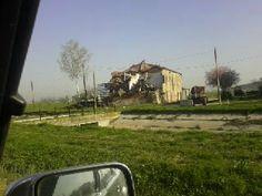 questa foto è di poche settimane fa... Aprile 2014... nulla è cambiato, solo chi ha soldi ricostruisce...
